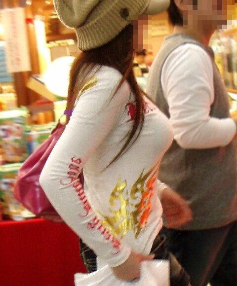 【おっぱい】街中でパツパツ着衣状態の超爆乳お姉さんを見つけたので盗撮したった街角おっぱい画像集w【80枚】 11