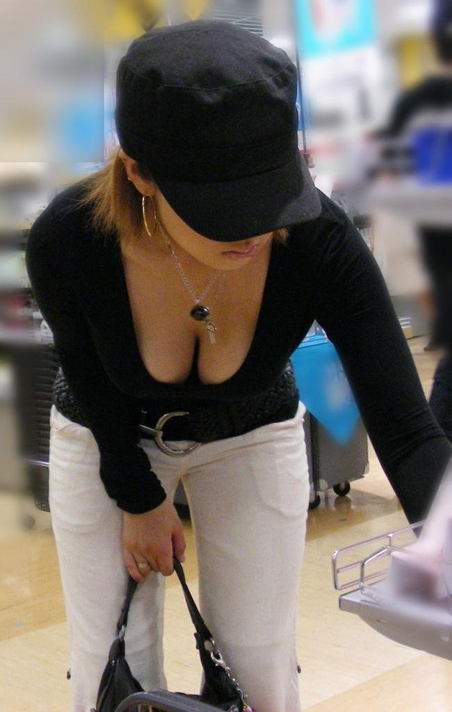【おっぱい】街中でパツパツ着衣状態の超爆乳お姉さんを見つけたので盗撮したった街角おっぱい画像集w【80枚】 13