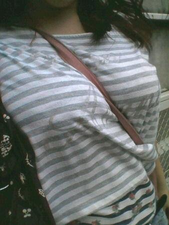 【おっぱい】街中でパツパツ着衣状態の超爆乳お姉さんを見つけたので盗撮したった街角おっぱい画像集w【80枚】 14