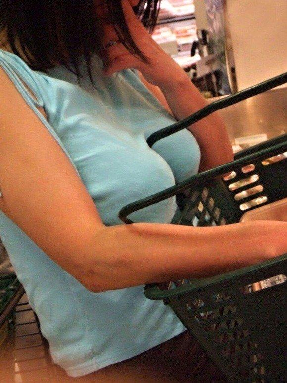 【おっぱい】街中でパツパツ着衣状態の超爆乳お姉さんを見つけたので盗撮したった街角おっぱい画像集w【80枚】 19