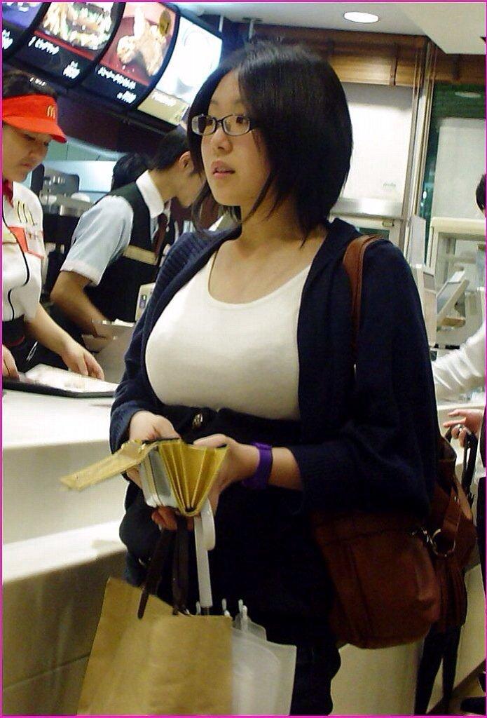 【おっぱい】街中でパツパツ着衣状態の超爆乳お姉さんを見つけたので盗撮したった街角おっぱい画像集w【80枚】 26