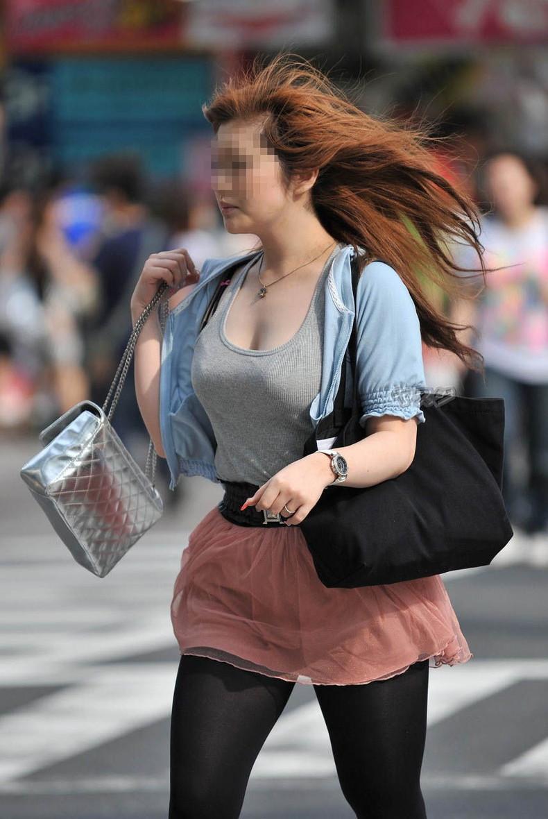 【おっぱい】街中でパツパツ着衣状態の超爆乳お姉さんを見つけたので盗撮したった街角おっぱい画像集w【80枚】 42