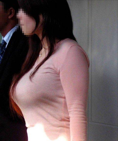 【おっぱい】街中でパツパツ着衣状態の超爆乳お姉さんを見つけたので盗撮したった街角おっぱい画像集w【80枚】 44