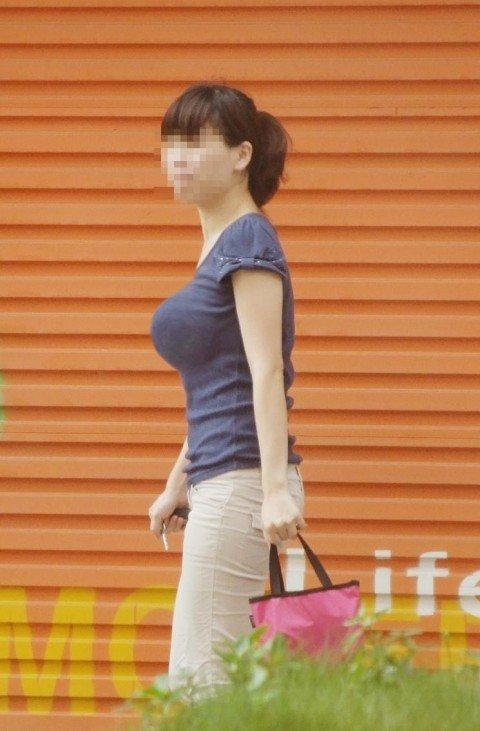 【おっぱい】街中でパツパツ着衣状態の超爆乳お姉さんを見つけたので盗撮したった街角おっぱい画像集w【80枚】 46