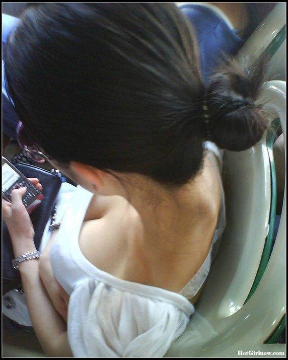 【おっぱい】街中でパツパツ着衣状態の超爆乳お姉さんを見つけたので盗撮したった街角おっぱい画像集w【80枚】 47