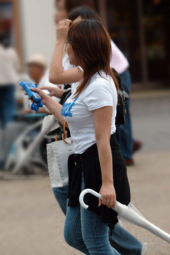 【おっぱい】街中でパツパツ着衣状態の超爆乳お姉さんを見つけたので盗撮したった街角おっぱい画像集w【80枚】 48