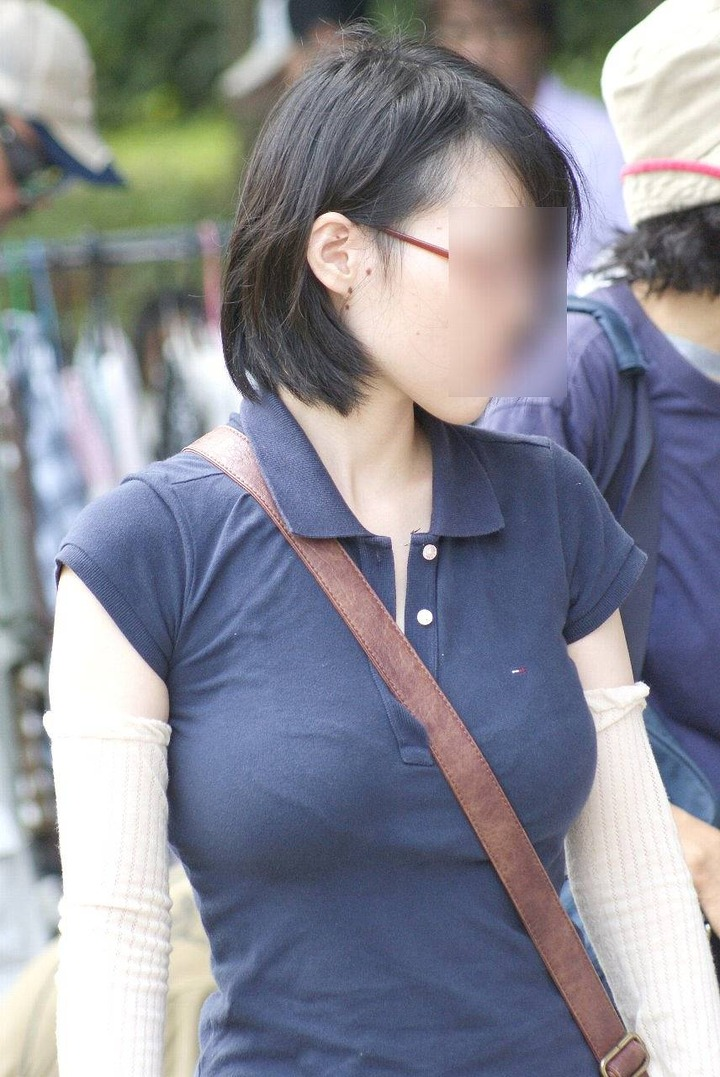 【おっぱい】街中でパツパツ着衣状態の超爆乳お姉さんを見つけたので盗撮したった街角おっぱい画像集w【80枚】 54