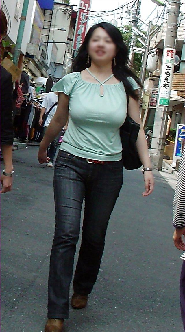 【おっぱい】街中でパツパツ着衣状態の超爆乳お姉さんを見つけたので盗撮したった街角おっぱい画像集w【80枚】 59