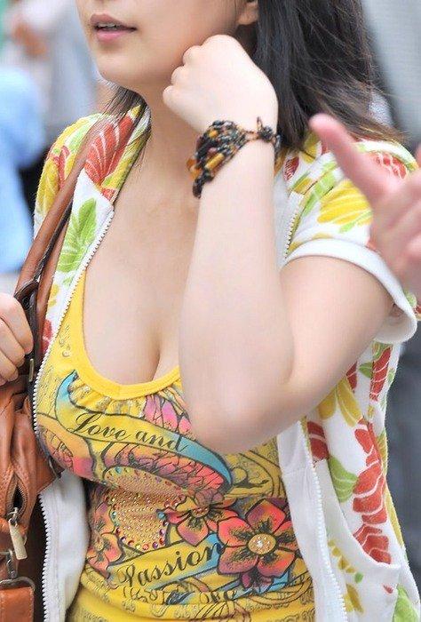 【おっぱい】街中でパツパツ着衣状態の超爆乳お姉さんを見つけたので盗撮したった街角おっぱい画像集w【80枚】 69