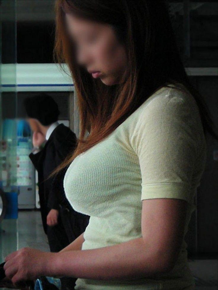 【おっぱい】街中でパツパツ着衣状態の超爆乳お姉さんを見つけたので盗撮したった街角おっぱい画像集w【80枚】 70