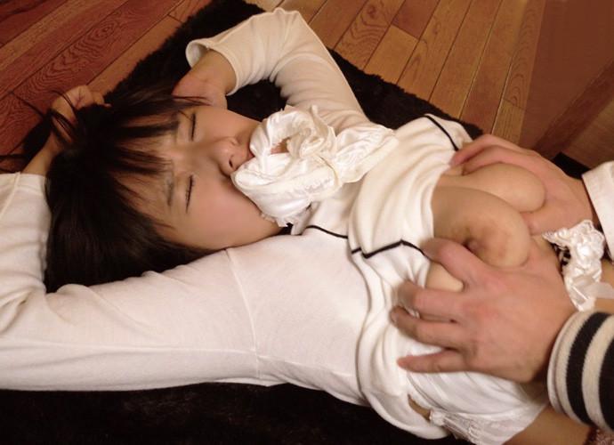 【おっぱい】ドMなビッチ娘の口の中にパンツ突っ込んでチクビ吸いまくってレイプ挿入!パンティー咥えた女子のおっぱい画像集【80枚】 23