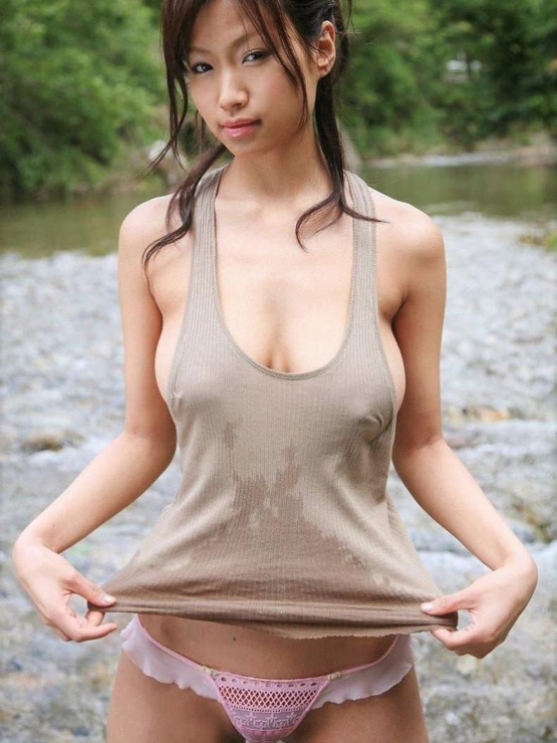 【おっぱい】ノーブラタンクトップの上から谷間が、横から横乳が、下から下乳が見えて乳首まで拝めちゃうタンクトップのおっぱい画像集ww【80枚】 69