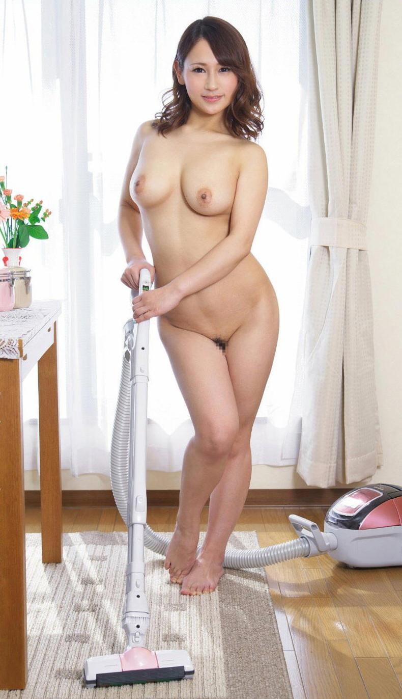 【おっぱい】全裸でむっちり巨乳を露出しながら掃除や洗濯、性処理までしてくれる全裸家政婦のおっぱい画像集ww【80枚】 05