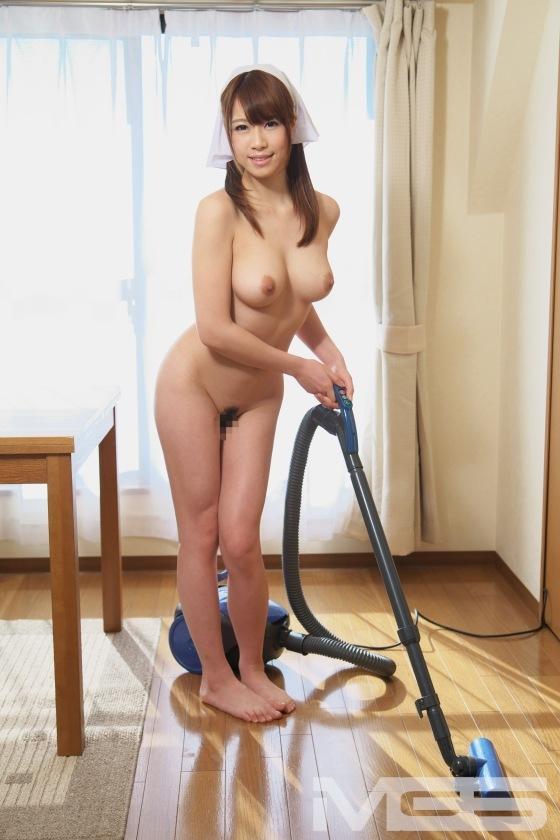 【おっぱい】全裸でむっちり巨乳を露出しながら掃除や洗濯、性処理までしてくれる全裸家政婦のおっぱい画像集ww【80枚】 06