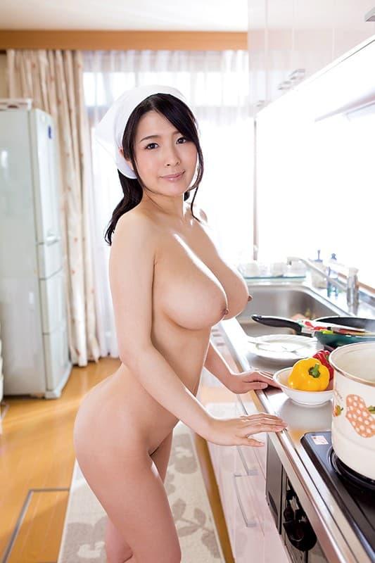 【おっぱい】全裸でむっちり巨乳を露出しながら掃除や洗濯、性処理までしてくれる全裸家政婦のおっぱい画像集ww【80枚】 12