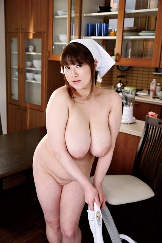 【おっぱい】全裸でむっちり巨乳を露出しながら掃除や洗濯、性処理までしてくれる全裸家政婦のおっぱい画像集ww【80枚】 53
