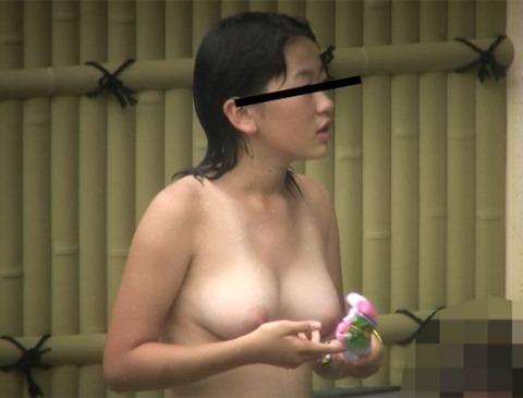 【おっぱい】温泉や脱衣所、自宅セックスや胸チラを隠し撮りさせていただいた素人娘や人妻たちの盗撮おっぱい画像集ww【80枚】 05