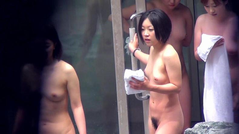 【おっぱい】温泉や脱衣所、自宅セックスや胸チラを隠し撮りさせていただいた素人娘や人妻たちの盗撮おっぱい画像集ww【80枚】 16