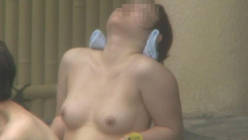 【おっぱい】温泉や脱衣所、自宅セックスや胸チラを隠し撮りさせていただいた素人娘や人妻たちの盗撮おっぱい画像集ww【80枚】 78