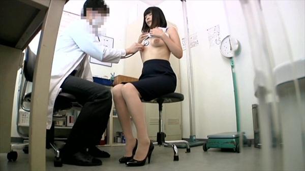 【おっぱい】内科や婦人科に診察に来たOLや巨乳な人妻たちが乳首弄られ寝取られ放題の診察おっぱい画像集ww【80枚】 53