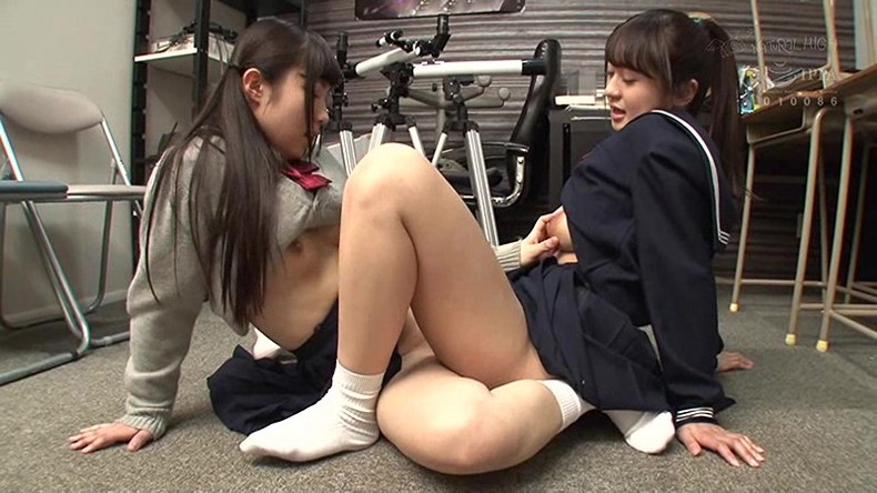 【おっぱい】優等生のJKたちが成長中のロリな貧乳や発育の良い巨乳をクラスのレズJKに吸われてる百合セックスのおっぱい画像集ww【80枚】 13