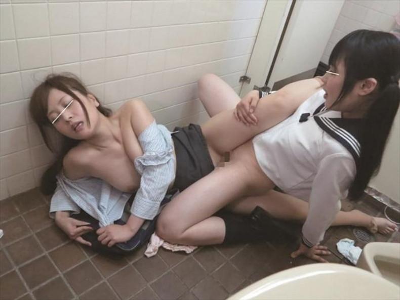 【おっぱい】優等生のJKたちが成長中のロリな貧乳や発育の良い巨乳をクラスのレズJKに吸われてる百合セックスのおっぱい画像集ww【80枚】 22