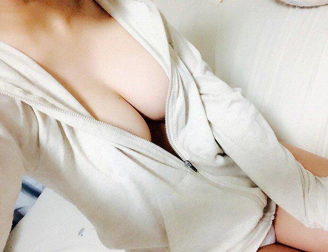 【おっぱい】パジャマや家着から可愛い谷間や乳首がチラ見えしちゃってて夜這いしたくなるパジャマ娘のおっぱい画像集!!【80枚】 23
