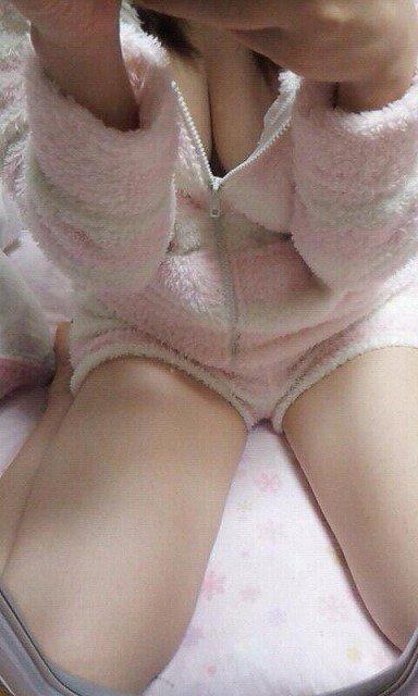 【おっぱい】パジャマや家着から可愛い谷間や乳首がチラ見えしちゃってて夜這いしたくなるパジャマ娘のおっぱい画像集!!【80枚】 58