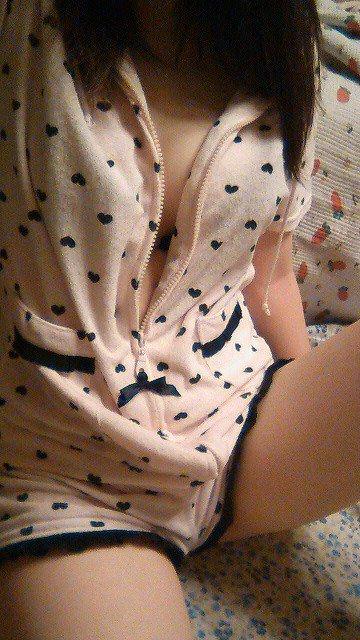 【おっぱい】パジャマや家着から可愛い谷間や乳首がチラ見えしちゃってて夜這いしたくなるパジャマ娘のおっぱい画像集!!【80枚】 59