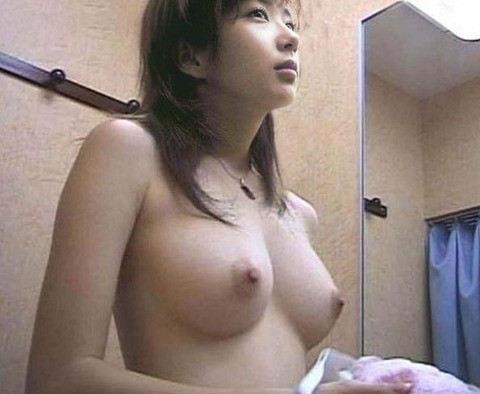 【おっぱい】試着室で素人娘が美乳を露出して下着や水着を試着して、時にセックスしてるところを盗撮しちゃった試着室おっぱい画像集ww【80枚】 47