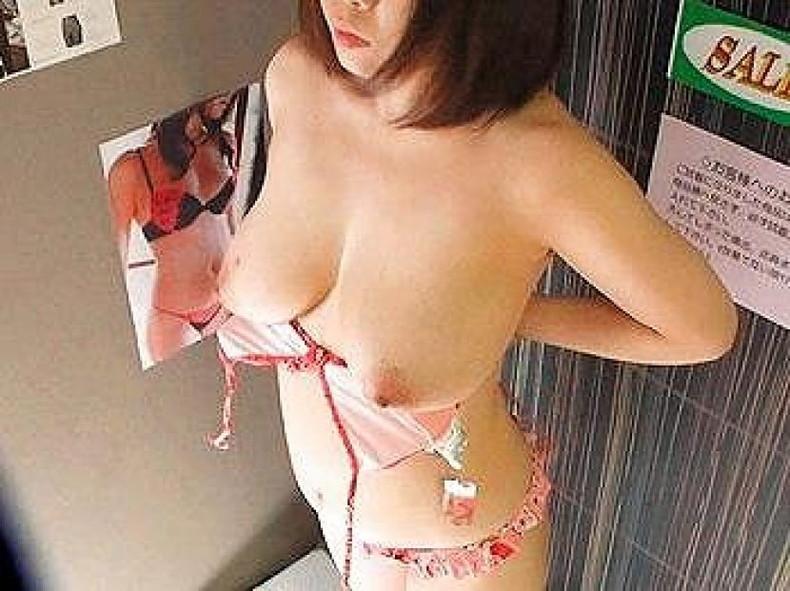 【おっぱい】試着室で素人娘が美乳を露出して下着や水着を試着して、時にセックスしてるところを盗撮しちゃった試着室おっぱい画像集ww【80枚】 49