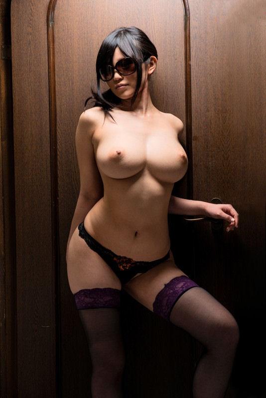 【おっぱい】サングラスで顔は隠しても自慢の巨乳やヤリマンまんこは露出しちゃってるサングラスのおっぱい画像集!!【80枚】 25