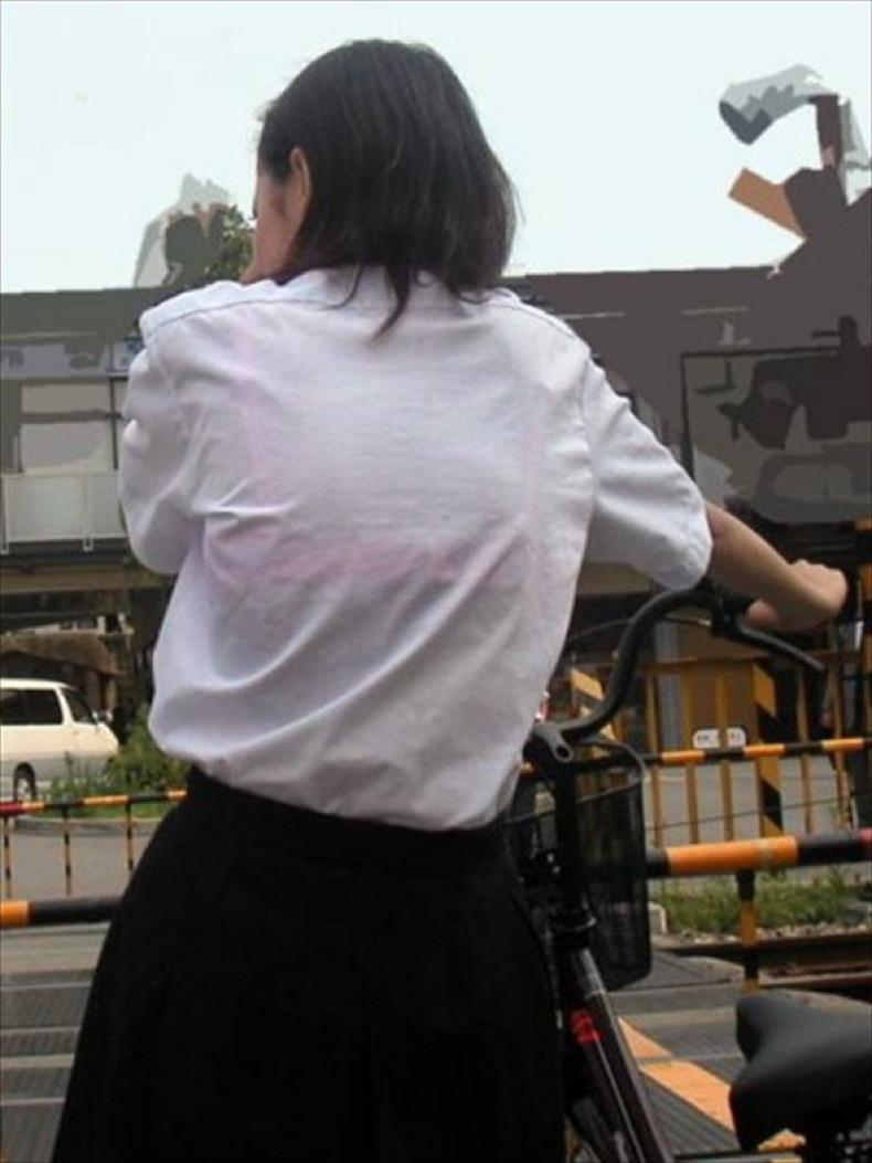 【おっぱい】通学中の制服JKや体操服のJKが雨で濡れ透け状態になって透けブラ、透け乳首しちゃってる濡れ透けJKのおっぱい画像集w【80枚】 01