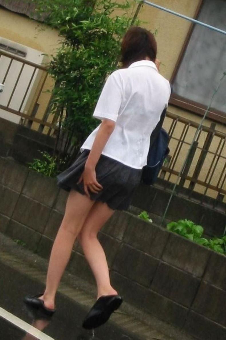【おっぱい】通学中の制服JKや体操服のJKが雨で濡れ透け状態になって透けブラ、透け乳首しちゃってる濡れ透けJKのおっぱい画像集w【80枚】 06