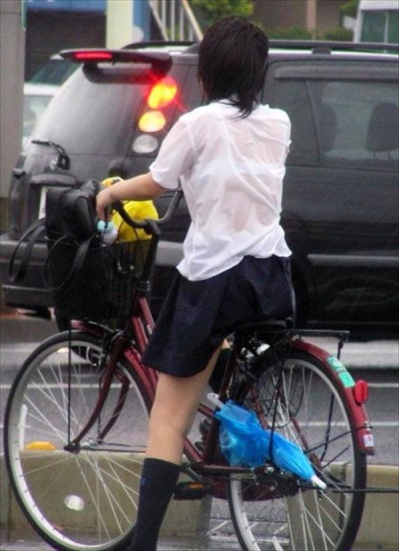 【おっぱい】通学中の制服JKや体操服のJKが雨で濡れ透け状態になって透けブラ、透け乳首しちゃってる濡れ透けJKのおっぱい画像集w【80枚】 13