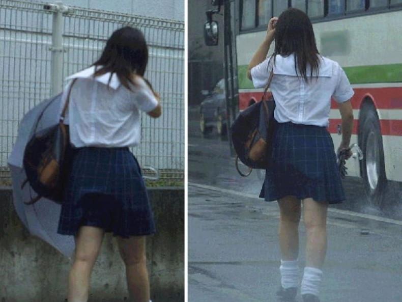 【おっぱい】通学中の制服JKや体操服のJKが雨で濡れ透け状態になって透けブラ、透け乳首しちゃってる濡れ透けJKのおっぱい画像集w【80枚】 22