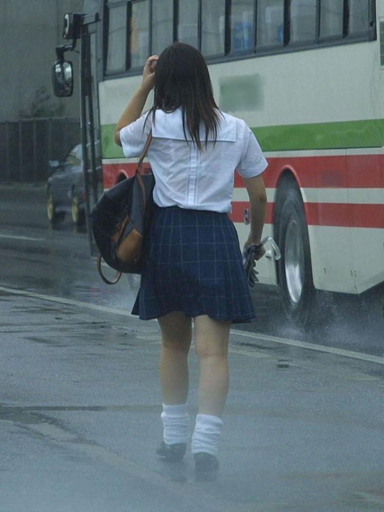 【おっぱい】通学中の制服JKや体操服のJKが雨で濡れ透け状態になって透けブラ、透け乳首しちゃってる濡れ透けJKのおっぱい画像集w【80枚】 33