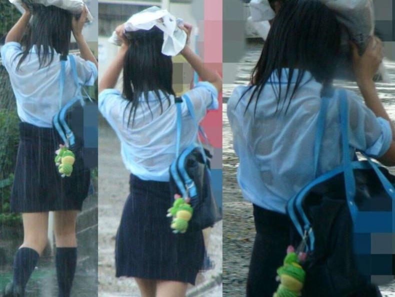 【おっぱい】通学中の制服JKや体操服のJKが雨で濡れ透け状態になって透けブラ、透け乳首しちゃってる濡れ透けJKのおっぱい画像集w【80枚】 34