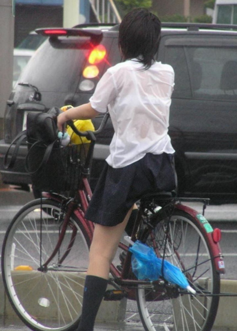 【おっぱい】通学中の制服JKや体操服のJKが雨で濡れ透け状態になって透けブラ、透け乳首しちゃってる濡れ透けJKのおっぱい画像集w【80枚】 40