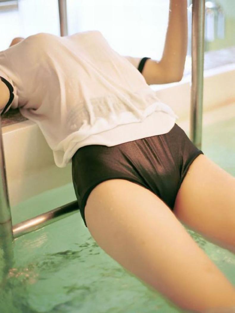 【おっぱい】通学中の制服JKや体操服のJKが雨で濡れ透け状態になって透けブラ、透け乳首しちゃってる濡れ透けJKのおっぱい画像集w【80枚】 48