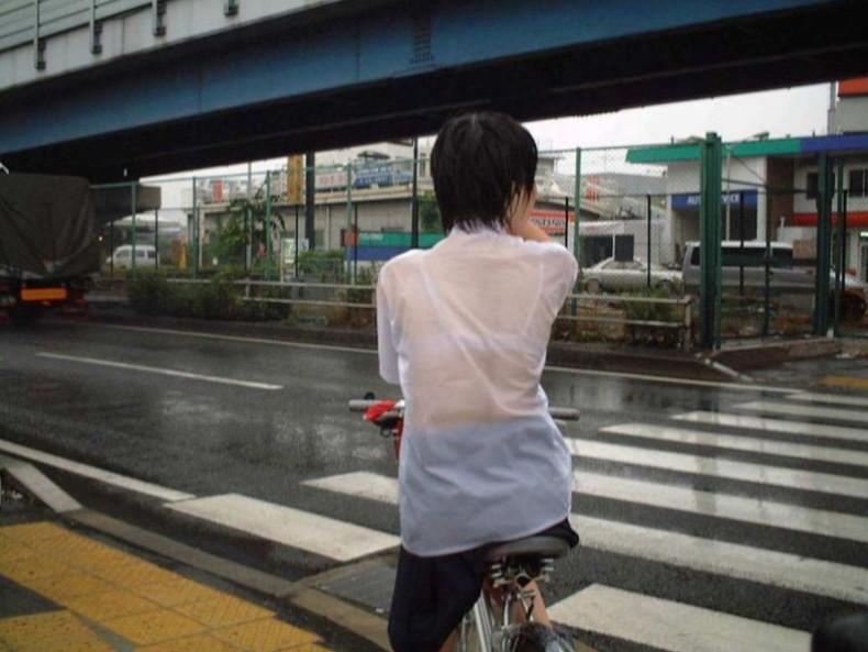 【おっぱい】通学中の制服JKや体操服のJKが雨で濡れ透け状態になって透けブラ、透け乳首しちゃってる濡れ透けJKのおっぱい画像集w【80枚】 50