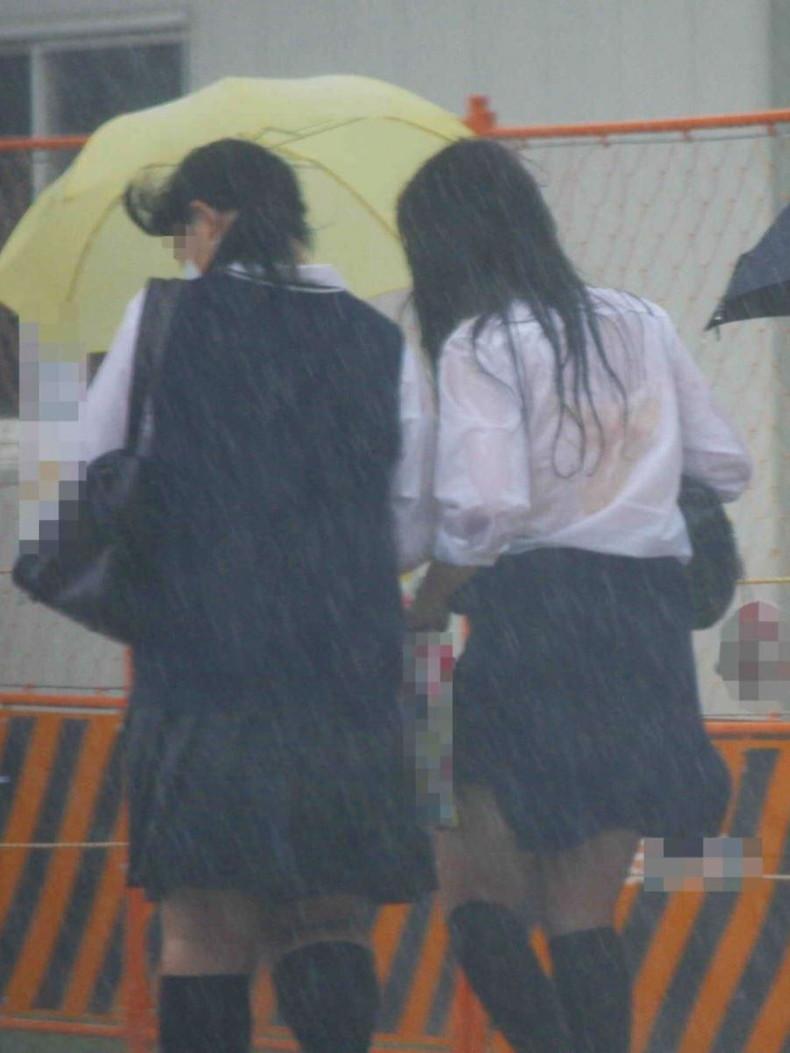 【おっぱい】通学中の制服JKや体操服のJKが雨で濡れ透け状態になって透けブラ、透け乳首しちゃってる濡れ透けJKのおっぱい画像集w【80枚】 76