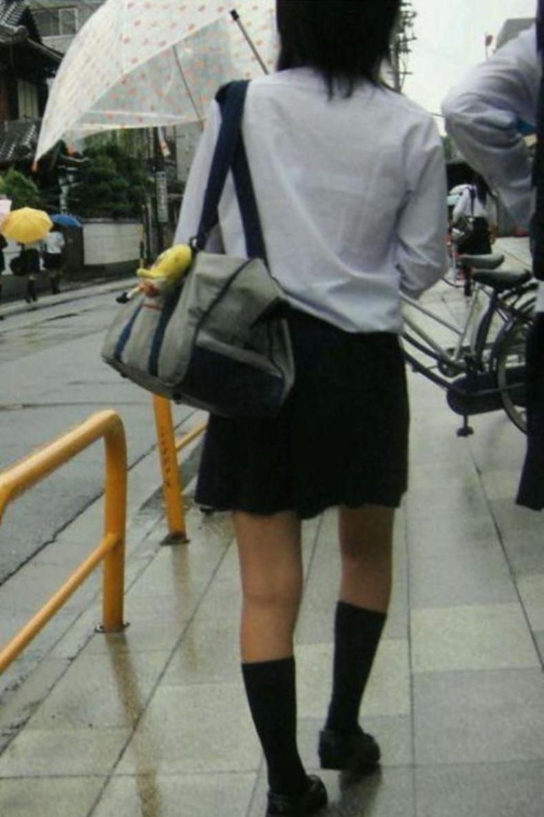 【おっぱい】通学中の制服JKや体操服のJKが雨で濡れ透け状態になって透けブラ、透け乳首しちゃってる濡れ透けJKのおっぱい画像集w【80枚】 78