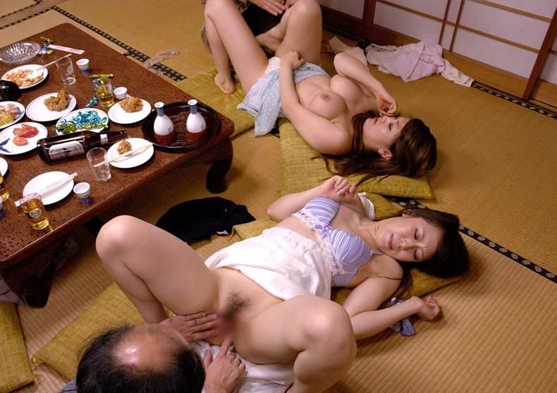 【おっぱい】1対1のセックスでは物足りず複数プレイで乳首吸われながら巨根挿入されちゃってる乱交おっぱい画像集w【80枚】 19
