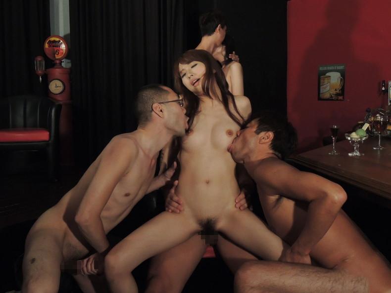 【おっぱい】1対1のセックスでは物足りず複数プレイで乳首吸われながら巨根挿入されちゃってる乱交おっぱい画像集w【80枚】 46