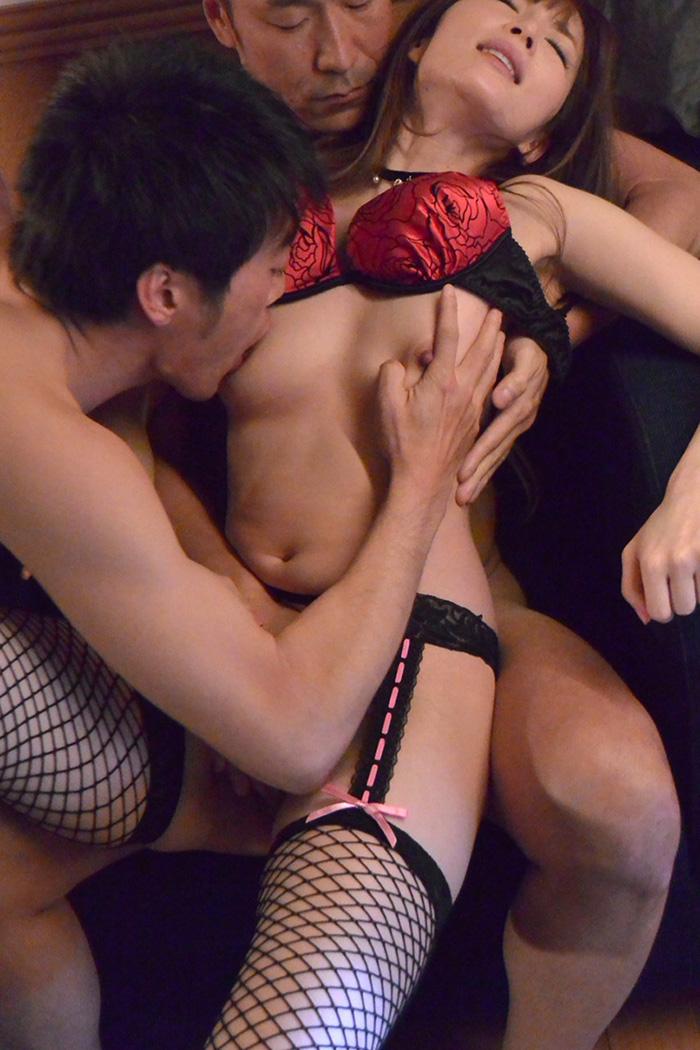 【おっぱい】1対1のセックスでは物足りず複数プレイで乳首吸われながら巨根挿入されちゃってる乱交おっぱい画像集w【80枚】 69