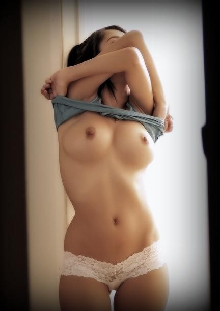 【おっぱい】爆乳娘がノーブラTシャツを脱ごうとして下乳晒してたりブラのホックを外して乳首をチラ見せしてくれてる半脱ぎのおっぱい画像集!!【80枚】 74