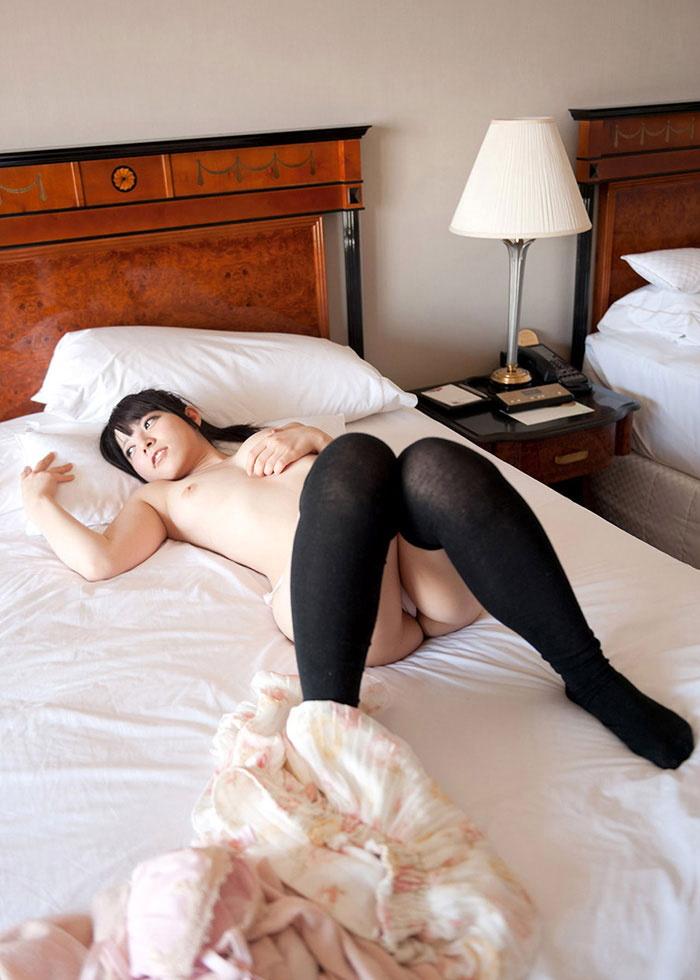 【おっぱい】脚以外は全裸でエロいおっぱいを露出してニーソというエロアイテムで更にセクシーになってるニーハイソックス女子のおっぱい画像集ww【80枚】 25