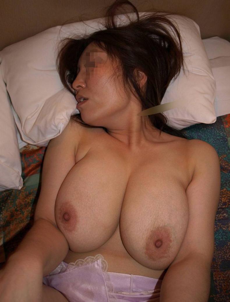 【おっぱい】夫に吸われまくった乳首を今自分が吸ってると思うと興奮してくる不倫を堪能してる人妻のおっぱい画像集ww【80枚】 61