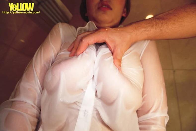 【おっぱい】巨乳娘がノーブラで男性用の大きなワイシャツを羽織って胸チラや透け乳首状態で誘惑してくれてるノーブラワイシャツのおっぱい画像集!ww【80枚】 48